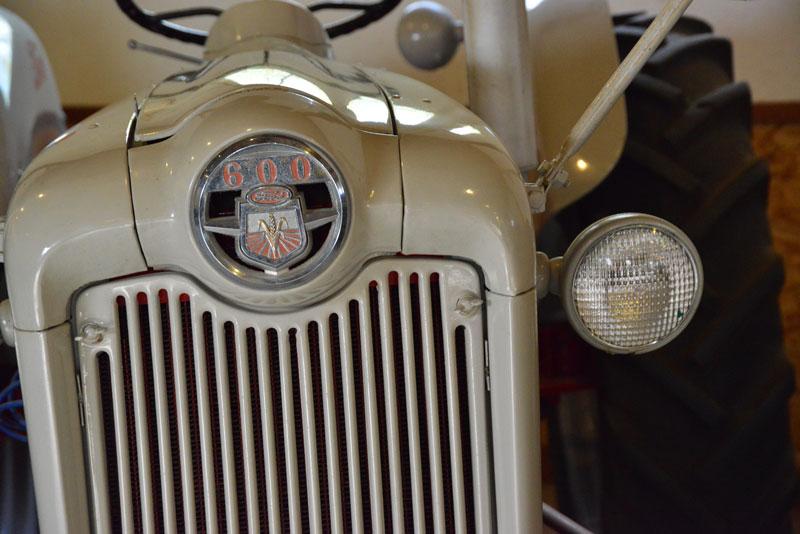 1956 Ford 640 Tractor Fenders : こういうの好き!フォード ・・・「撮りトラ@土の館」 水戸市大場町・島地区農地・水・環境保全会便り