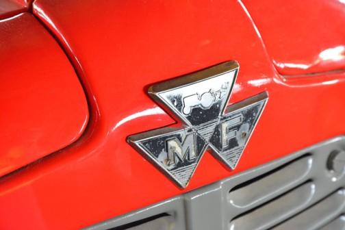 機種名:ファガソントラクタ 形式・仕様:MF-35 37馬力 製造社・国:マッセイファガソン社 英国 導入年度:1959年(昭和34) 使用経過:堀部氏は昭和28年4月にウイリスジープを農耕用に導入している。帯広地方ではかなりに早い導入であった。  のちに、下取りに出してトラクタ導入プラウ・ロータリーバックレーキ付で120万円、一年の農産販売が70万円のころ、大変高価な投資であった。 30年ほど大切に使用していたもの。