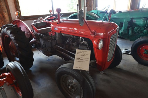 機種名:ファガソントラクタ 形式・仕様:35 37馬力 製造社・国:ファガソン社 イギリス 導入年度:1962(昭和37)年 使用経過:当時の大型トラクタでは主流の機種。年間一台で1000時間以上も稼働していた。30年間使用したもの。