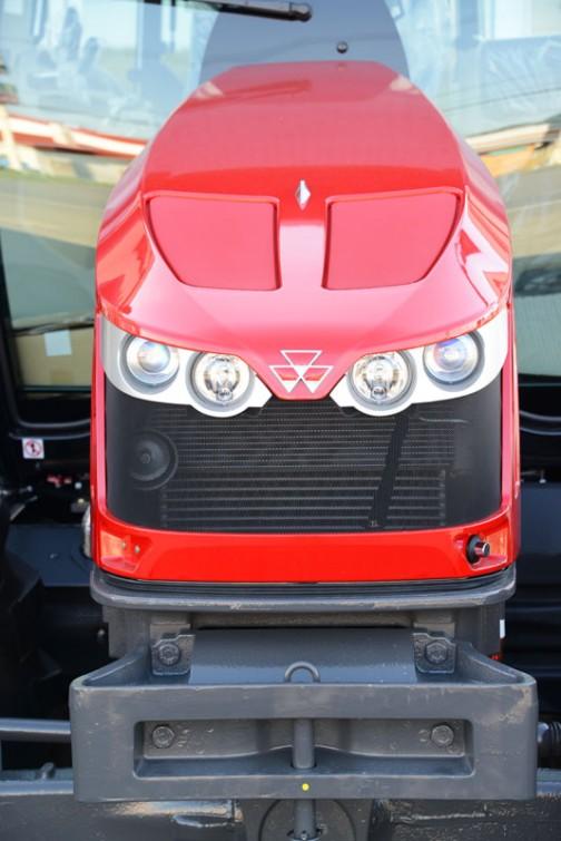 2013年からの現行モデル、マッセイファーガソンMF5610は、AGCO Powerの3.3Lターボインタークーラー付き3気筒12バルブディーゼルエンジンで100馬力だそうです。