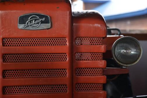 機種名:シバウラトラクタ 形式・仕様:S-17型 17馬力 製造社・国:石川島芝浦機械株式会社 日本 導入年度:1960(昭和35)年 使用経過:国産トラクタは各社で発売を開始する。プラウやロータリ作業の普及が始まる。玉置は中古で入手するが、以前の経過は不明。