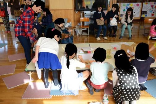 授業が始まるとどどっとお客さん?が集まります。女の子が多いかな。