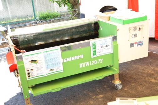 サシナミ ニンジン洗浄機 DUW120-7F 価格¥433,080 ○洗浄能力 1回あたり65kg ○ブラシ交換簡易タイプ