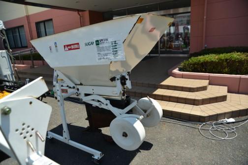 疎水材/心土充填 SPF31K モミサブロー 価格¥623,000 適応トラクタ馬力 30〜60馬力 施工深 30〜45cm 施工幅 4cm 作業速度 0.5〜1.0km ホッパ容量 0.45m3 機体重量 330kg
