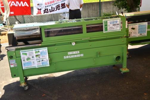 サシナミ ダイコン水圧洗浄機 KC180-3V 価格¥680,400 ○ブラシと高圧シャワー併用の洗浄機 ○別途、セット動噴が必要です。必要水量 37L/分 3MPa ○インバーター(スピードコントロール)付。
