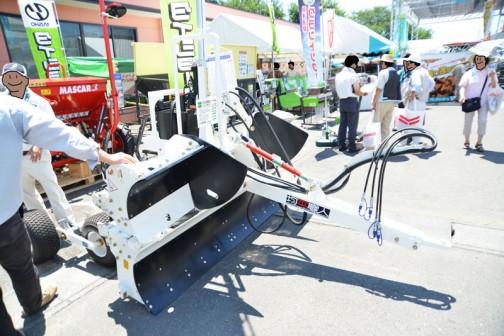 スガノ けん引レベラー 均平職人 LT320SL2 価格¥4,840,000 40〜110馬力。後は良く読めません。