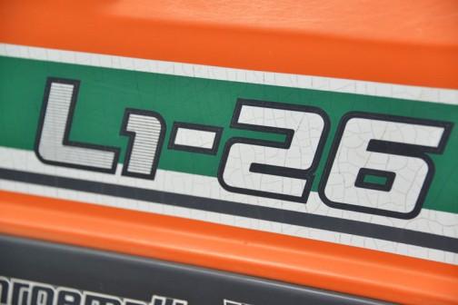 クボタトラクター、L1-26D・・・安全フレームの検査合格が昭和60年2月ですから1975年、30年前のトラクターです(今日はちゃんと年式を直しました!)。エンジンはクボタV1512-DI 水冷4サイクル4気筒ディーゼル1499cc 26馬力/2600rpm DIは直噴を表しているみたいです。