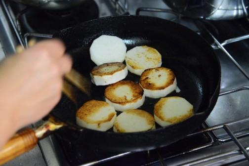 長芋は油となじみがいい・・・と聞いたので、油で炒めてみました。