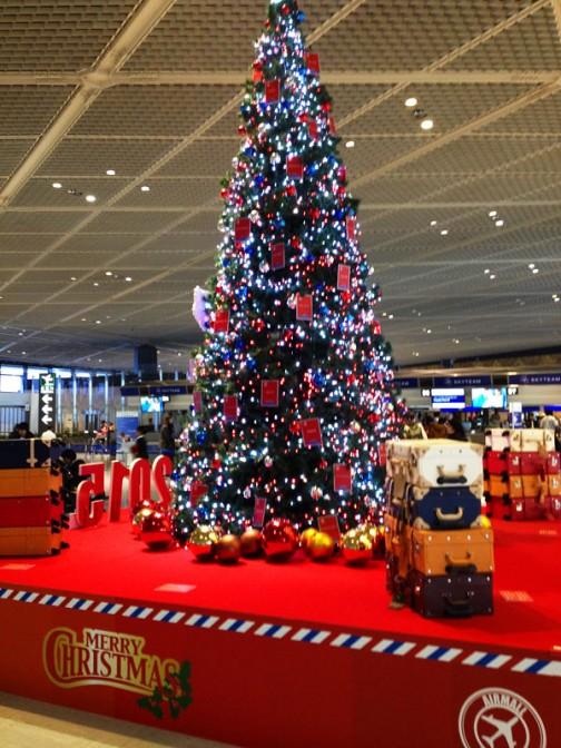 ぶれちゃった・・・空港はウキウキ嬉しそうな人でいっぱい。クリスマス気分もこの一角だけは盛り上がってた。でも、全体としては静かな印象。