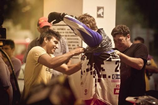 給油するスタンドでの写真みたいです。もうびしょ濡れなのでしょうが、見に来た人たちがごみ袋を「着せて」あげていますね。
