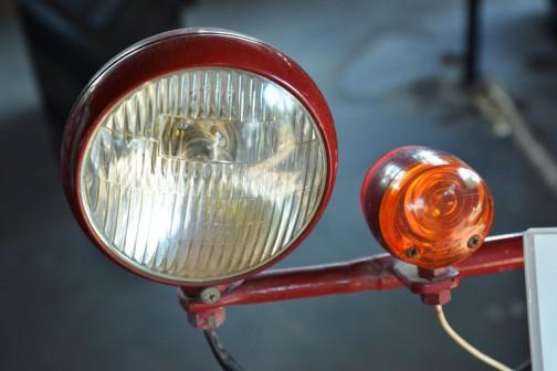 それから灯火類。ヘッドランプは銘のない国産品みたいです。ウインカーは・・・