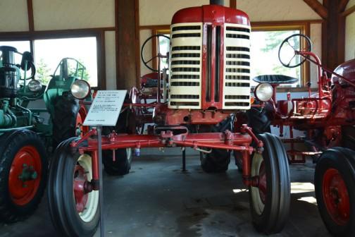 機種名:ファモールトラクタ 形式・仕様:130型 22馬力 製造社・国:マコーミックインター社 アメリカ 導入年度:1957(昭和32)年 使用経過:日本に9台輸入された。 北見地方で使われていたもの。 昭和50年に入手。足元が見えやすく使いやすいトラクタで、 カルチ作業に使用していた。