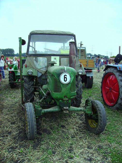 こちらも同じくウィキペディアよりD2416。業務提携だけど、今までのブルーグレーからジョンディア色のグリーンに塗られています。tractordata.comによれば、1950年から1955年にかけて作られていたようです。その間にブルーグレーからグリーンに変わってしまった? もしくはあとから「こっちのほうがカッコイイ」と緑に塗られてしまった?