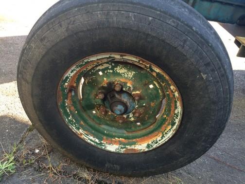 なぜかフロント左のタイヤはブリジストン。何度か手塗りされたと思われるペンキからフロントタイヤのどちらかは、部品とりのトラクターからホイールごと移植されたものと思われます。