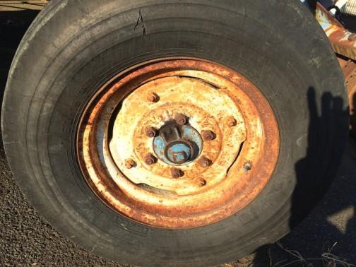 フロント右側のタイヤはピレリ。いい感じにサビサビです。