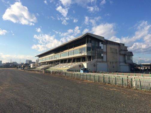 これがかつてにぎわいのあった高崎競馬のメインスタンドでしょうか・・・2004年を持って廃止になったそうですからもう十数年前の話になるのでしょう。現在は遺跡に発展する途上にあり、おどろどろしい様相を呈してきています。