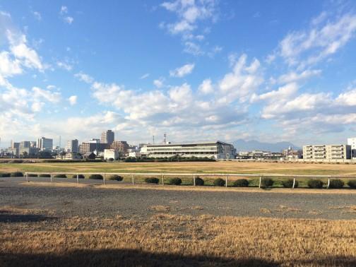 建物(メインスタンドかしら?)の向こうに山が見える! 茨城は北のほうをのぞいて平らなので、山が見えないんです。もちろん、スキー場もありません。