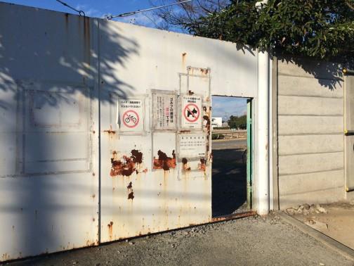 バイク自転車禁止、ゴルフ禁止、ペット禁止・・・野球はいいのかなあ・・・やたら貼り紙のあとがある重々しい扉の向こうには・・・
