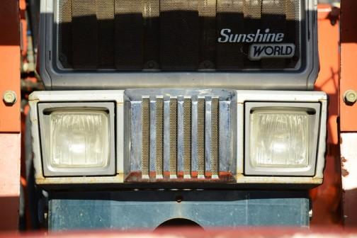 トラックに乗っている姿をよく建機と間違える、サンシャインワールド、クボタM6950DT・・・「撮りトラ」