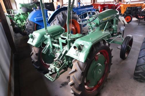 機種名:ホルダーディゼルトラクタ 形式・仕様:B10型 10馬力 製造社・国:ホルダー社 ドイツ 導入年度:1954(昭和29)年 使用経過:昭和29年ヤマト種苗農具㈱が国内の総販売元として、33年までに30台を道内で販売した。 浦和町荻伏、中村吉兵工が66万円で購入。主に牧草の収穫作業に使用していた。平成8年、ご好意により展示。