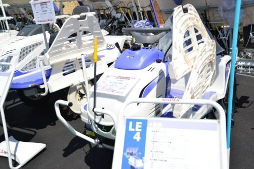 三菱4条植田植機 LE4D 価格¥1,292,760 折り畳まれた翼みたいなものは苗乗せ台なのでしょうか。