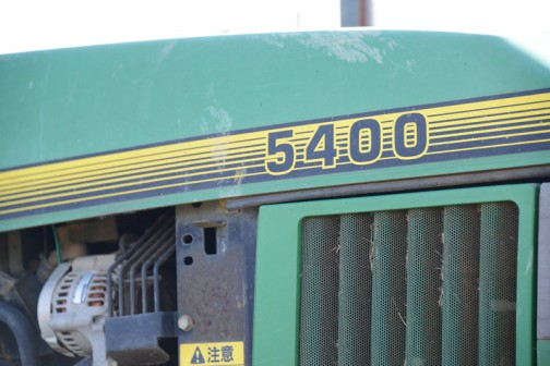 tractordata.comによれば、ジョンディア5400は1992年から1997年。3気筒2.9リッターターボディーゼル68馬力。