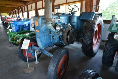 今日は、北海道上富良野町にあるスガノ農機の『「土の館」 土と犂の博物館』で見た、ランツブルドックD2808? D2806?「撮りトラ」です。