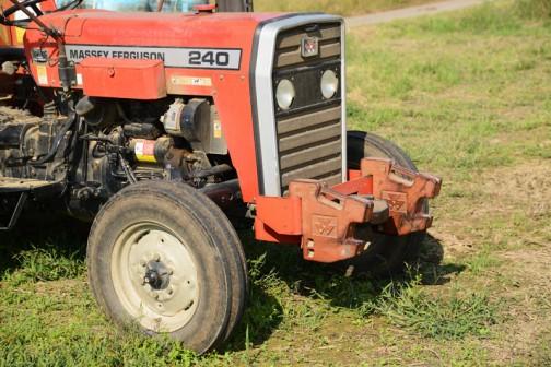 tractordata.comによればMF240はパーキンスAD3.152 2.5L 3気筒ディーゼル 46馬力/2000rpmだそうです。