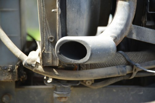 排気口はこちら。ボディのツラいっぱいで斜めに切られています。