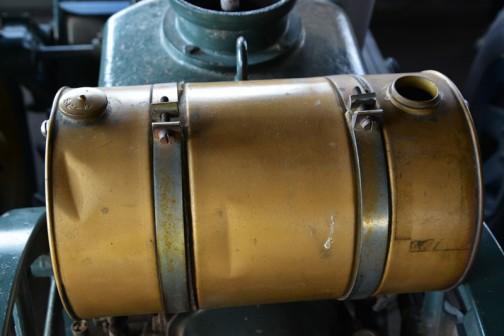 機種名:動力耕耘機 形式・仕様:KH25 7馬力 製造社・国:㈱クボタ 日本 導入年度:1956(昭和31)年 使用経過:山武町布部で稲作作業。1954(昭和29)年に鉄車輪の耕耘機を69万円で購入。翌年ゴム車輪が発売され交換する。 このころは、馬が主役で機会はめずらしく付近から賃耕に頼まれ相当稼いだ。 20年間使用後、自家保存されていた。