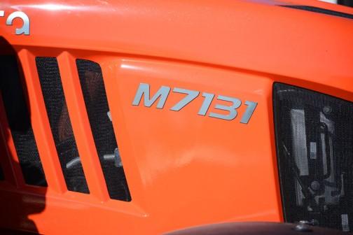 tractordata.comによれば、M7131のエンジンはV6108 4気筒6.1Lディーゼル130馬力。
