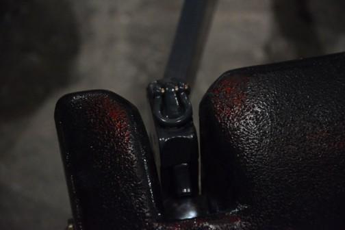 下から出る二本の腕はおもりの切り欠き部分ををこうやって持上げています。いかにも鉄のかたまり、重そうな感じ。