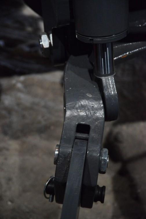 フロントリンク、おもりを持上げている2本の腕、トラクター側。