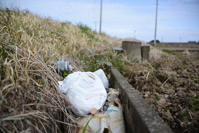 この事例は多分、道ばたに車を停めてコンビニ飯を食って、その後コンビニの袋に車内のゴミを追加して田んぼに「ポイッ」