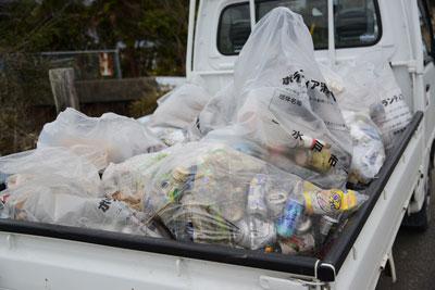トラックの荷台には拾ったゴミがいっぱい。