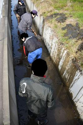 泥上げの様子をちょっとおもしろいなあ・・・と思い、上から撮った写真。
