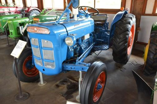 フォードソン・スーパーデキスタはtractordata.comによると1962年〜1964年で、エンジンはFord-Perkins F3.152 3気筒2.5Lディーゼル39馬力/2200rpm、もしくはFord製3気筒 2.5Lディーゼルを積んでいたそうです。