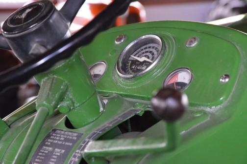 機種名:ジョンディアトラクタ 形式・仕様:2010RU 52馬力 製造社・国:ジョンディア社・ドイツ 導入年度:1964(昭和39)年 使用経過:置戸町 日和田勝司氏が導入。牧草管理・収穫作業に大活躍したトラクタ。この仕様タイプは少数しか輸入されていなかった。後年、所蔵者が入手保存していたもの。