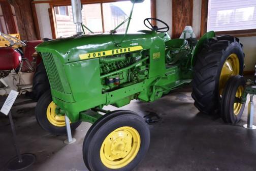 tractordata.comによるとJohn Deere 2010は1960年〜1965年まで生産され、4気筒2.4Lの51馬力/2500rpmでした。