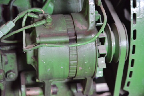 機種名:ジョンディアトラクタ 形式・仕様:3010 72馬力 製造社・国:ジョンディア社 アメリカ 製造年度:1962(昭和37)年 使用経過:釧路市愛国、福田五郎氏が(酪農)購入。当時、72馬力は超大型タイプ。 多くの種類の作業機を使用し、特に牧草収穫に威力を発揮した。 25年間ほど使用後に、柴田自工に移譲された。 これは、日本に2台が輸入された内の1台で貴重な製品。