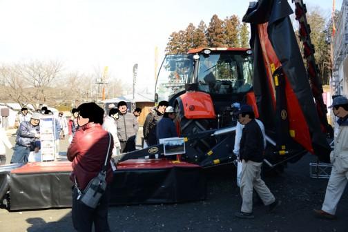 かろうじて全体が見渡せる写真・・・tractordata.comによるとクボタM7171はV6108型4気筒ディーゼル6.1Lの170馬力になっています。巨大なディスクモアが付いていますね!