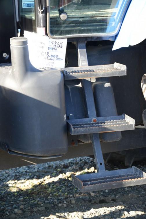 いきなりこの写真からで失礼します。3段あるステップと首の長ーい燃料タンクを撮ったものですが、値札が付いています。それによればこの機種はニューホランドTM140、130馬力で¥5,616,000。高いのかお買い得なのかはわかりません。