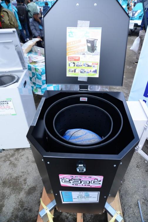 プライスタグには・・・種もみ脱水機 「さらっと」 SD-12B 価格¥205,000 「さらっと」似たような傾向の名前が並んでいます。  洗濯機を使っている人も多いと思いますが、種もみの温湯消毒で濡れてしまった種もみを脱水するための専用の脱水機です。