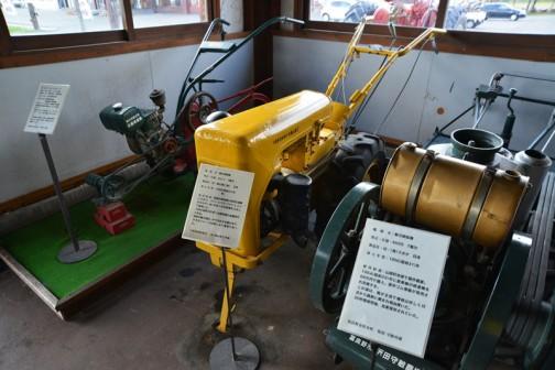 機種名:動力耕耘機 形式・仕様:ロビン 7馬力 製造社・国:富士重工㈱ 日本 導入年度:1956(昭和31)年 使用経過:国産の耕耘機も実用の段階に入る。リバーシブルプラウ(ドイツのホルダー社)やいろいろな作業機を工夫して使用した。 1960(昭和35)年には耕耘機の全盛時代となる。 当時の動力源は、牛で引かせる車が主で、小さなトレーラは使いよく重宝であった。