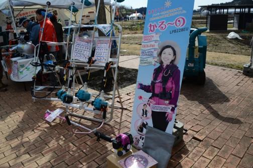 丸山製作所 新型草刈り機 かるーの LPB228EU 価格¥56,160 排気量:21cc/エンジン:丸山DE211/本体質量:3.9kg/燃料タンク容量:0.5/チップソー:230mm(9インチ) 農業女子PJ監修。女性のための草刈機。