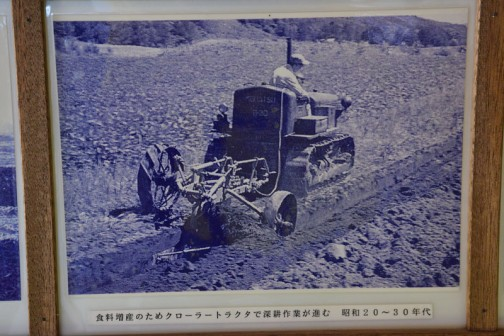 食料増産のためクローラトラクタで深耕作業が進む 昭和20〜30年代