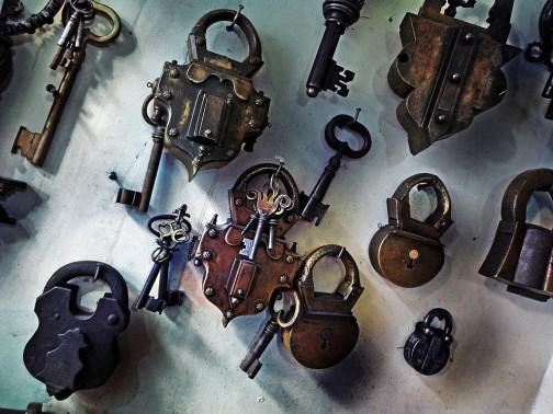 写真はオスマントルコ風の手作りの南京錠(トルコ)だそうですが(ウィキペディアより)、たしかに鍵がなければ開かない珍しいものだったでしょうね・・・ワクワクします。