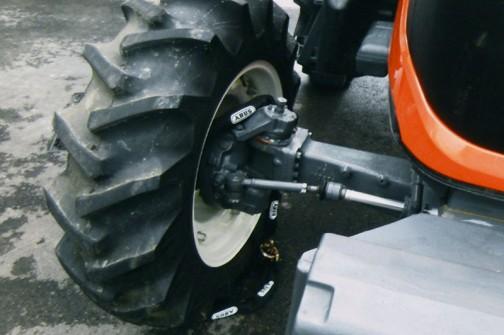 拡大してみます。ホイールの穴に通してぐるっと巻いちゃうわけですね。トラクターが動いてもこれぐらいの太さだとチェーンは切れないんだろうな。長さがあるのはこのためだったんだ。