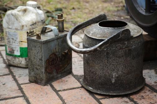 そして最も気に入った道具たちはこれです。水をさすヤカンとガソリンの携行缶でしょうか・・・