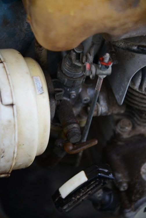 燃料コックも鉄。キャブレターも普通のバイクなどに付いているもの・・・こういうところも重そうな印象に繋がっています。